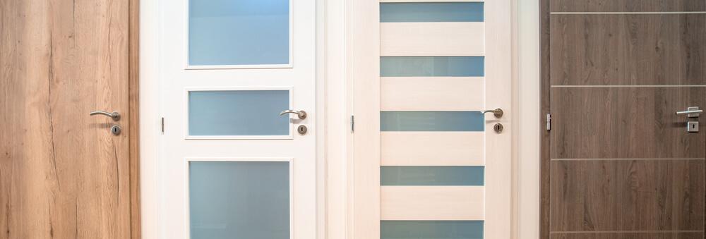 Что лучше выбрать – межкомнатные двери из массива или шпона?